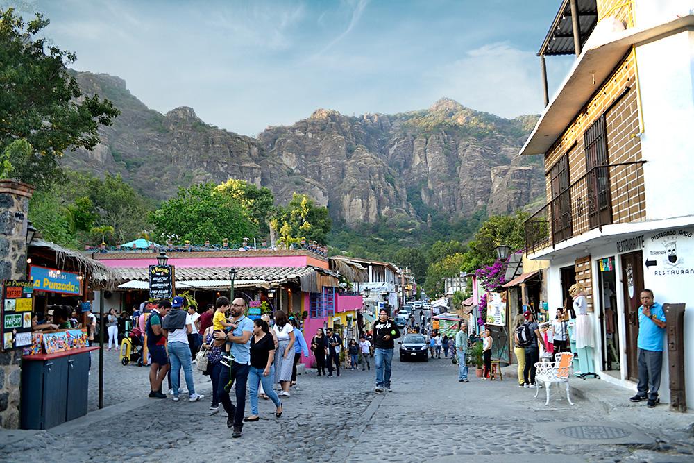 personas caminando por las calles de Tepoztlán